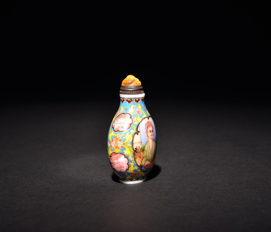 A PAINTED ENAMEL 'EUROPEAN LADY' WHITE GLASS SNUFF - 3