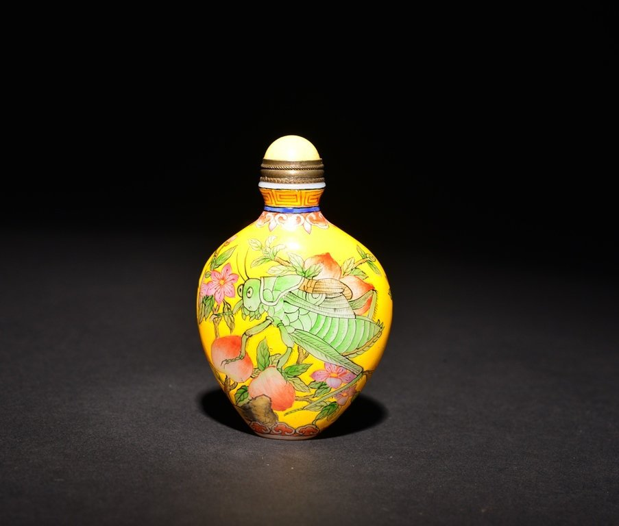 A PAINTED ENAMEL WHITE GLASS SNUFF BOTTLE