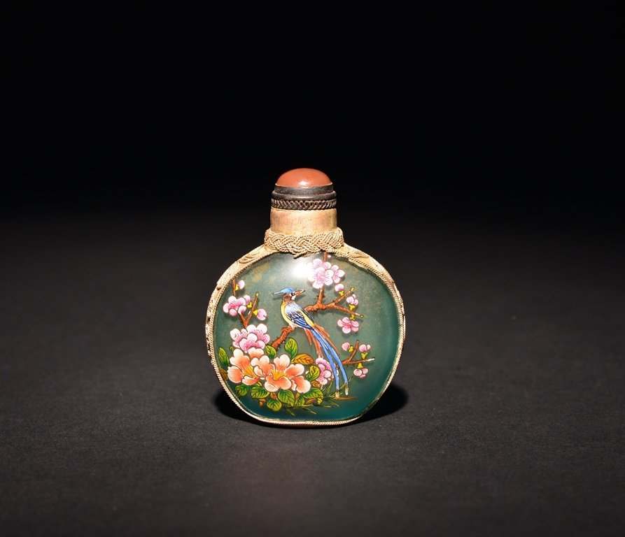A PAINTED SILVER INLAID GLASS SNUFF BOTTLE