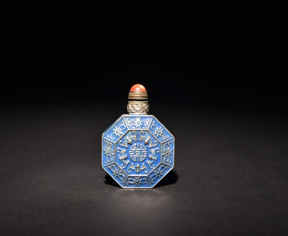 A CARVED SILVER SNUFF BOTTLE