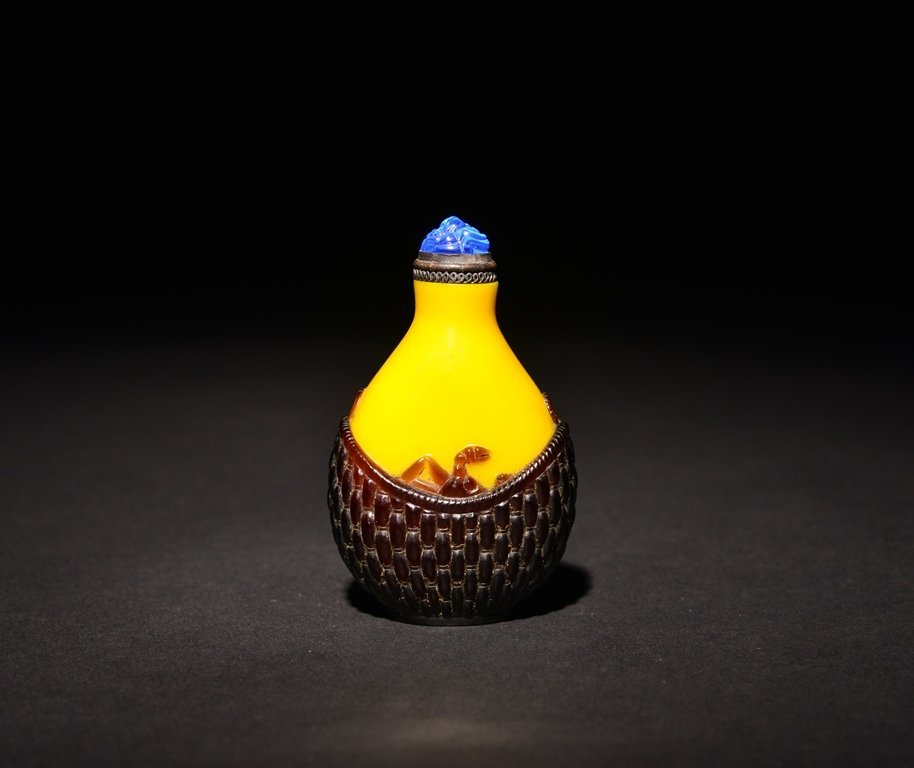 A CARVED AMBER-BROWN OVERLAY  YELLOW GLASS SNUFF BOTTLE