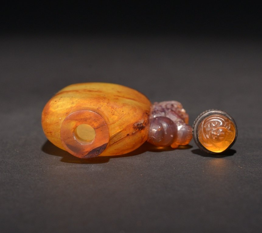A CARVED AMBER SNUFF BOTTLE - 3