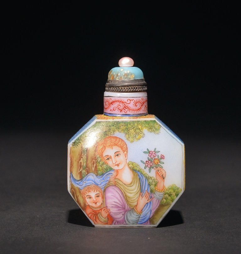 A ENAMELLED GLASS 'EUROPEAN' SUBJECT SNUFF BOTTLE - 2