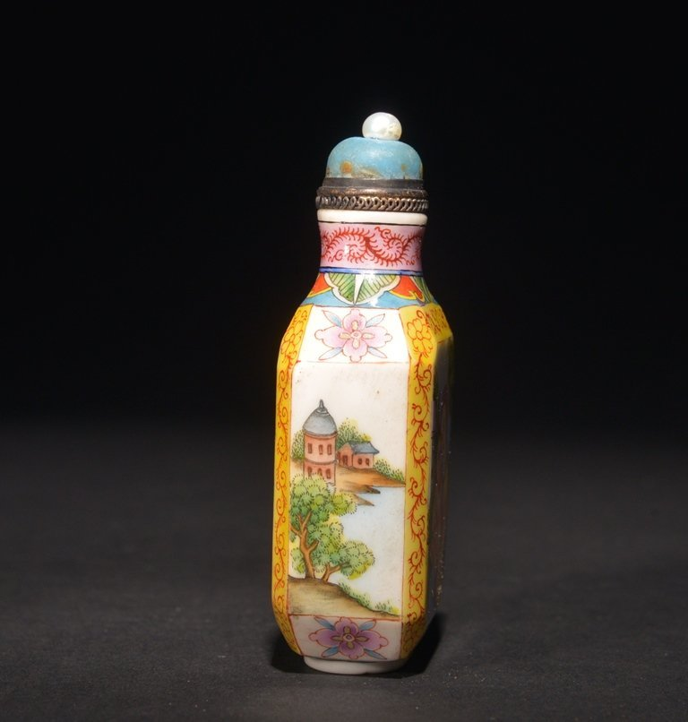 A ENAMELLED GLASS 'EUROPEAN' SUBJECT SNUFF BOTTLE - 4