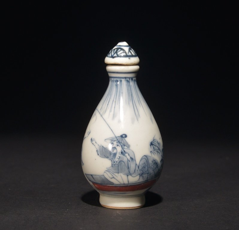 AN IRON-RED BLUE AND WHITE SNUFF BOTTLE