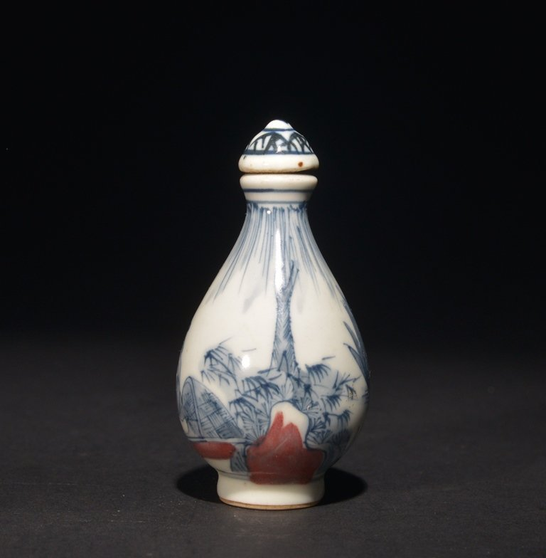 AN IRON-RED BLUE AND WHITE SNUFF BOTTLE - 2
