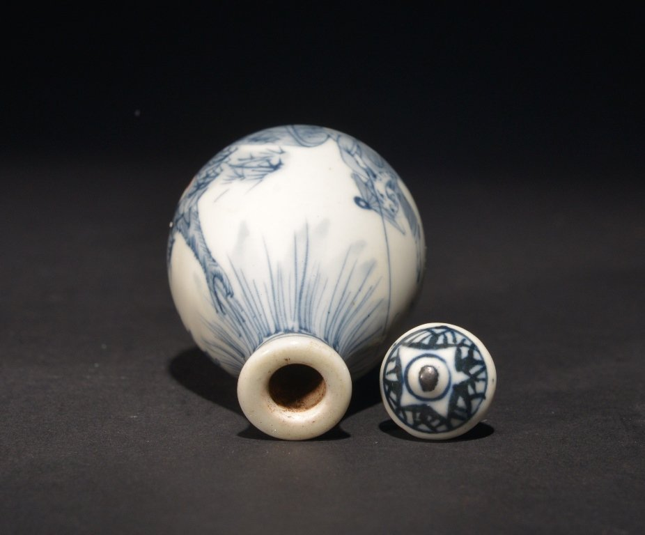 AN IRON-RED BLUE AND WHITE SNUFF BOTTLE - 4