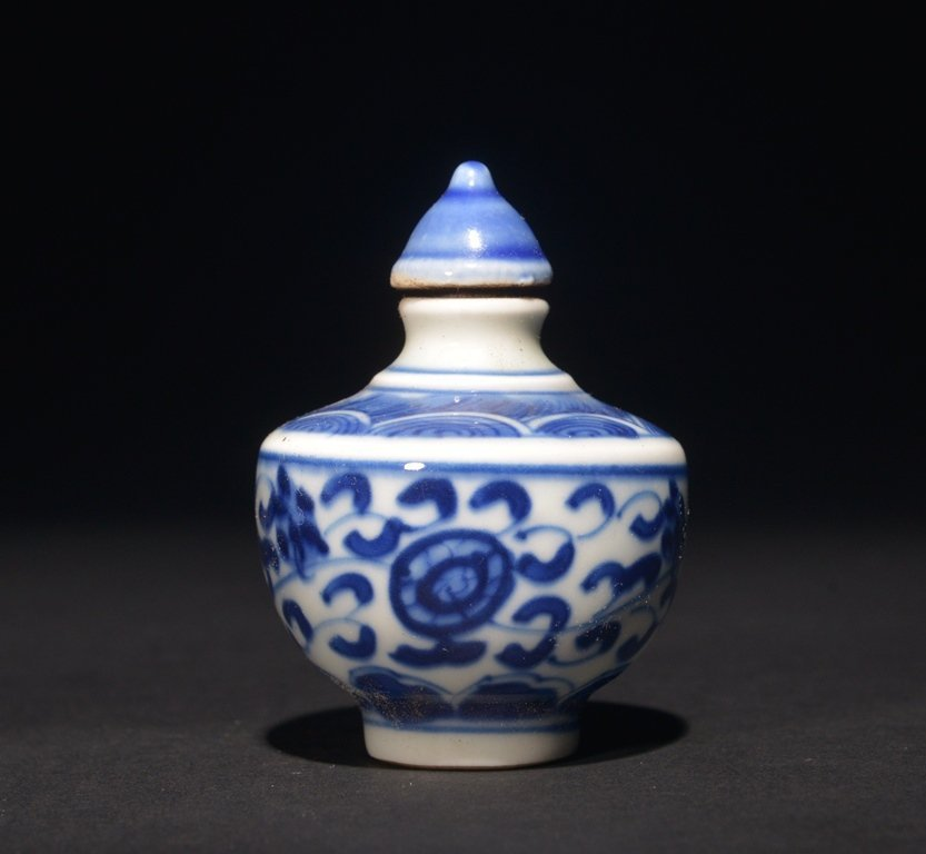 A BLUE AND WHITE SNUFF BOTTLE