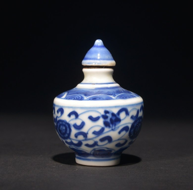 A BLUE AND WHITE SNUFF BOTTLE - 2