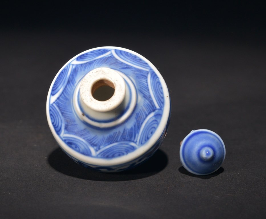 A BLUE AND WHITE SNUFF BOTTLE - 3