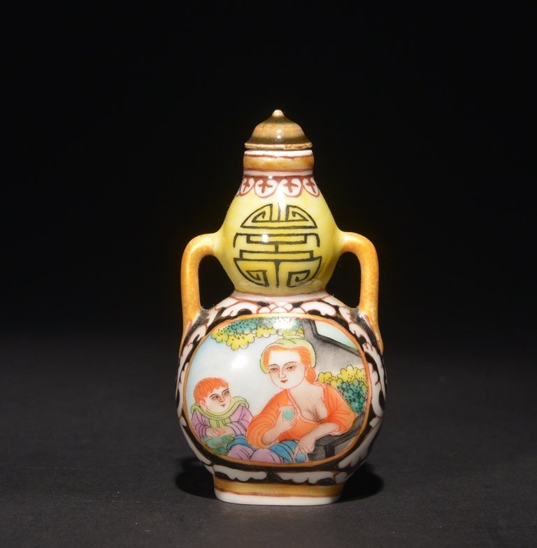 A FAMILLE-ROSE ENAMELLED  PORCELAIN SNUFF BOTTLE