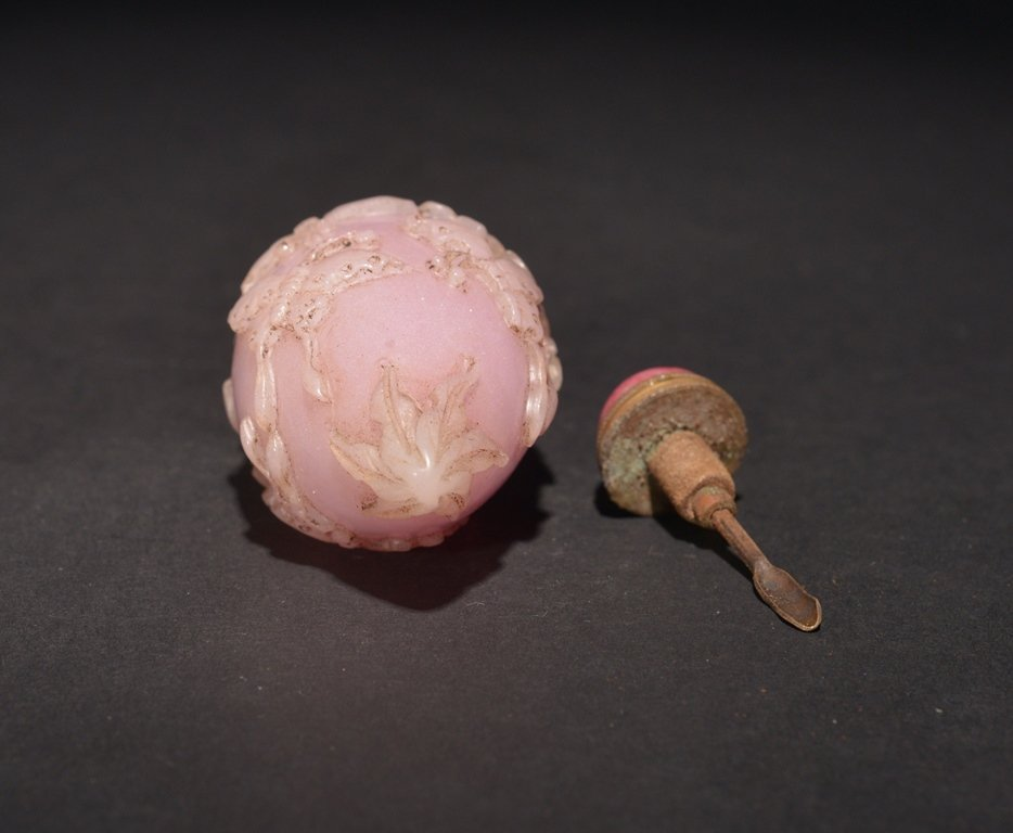 A CARVED PINK GLASS SNUFF BOTTLE - 4