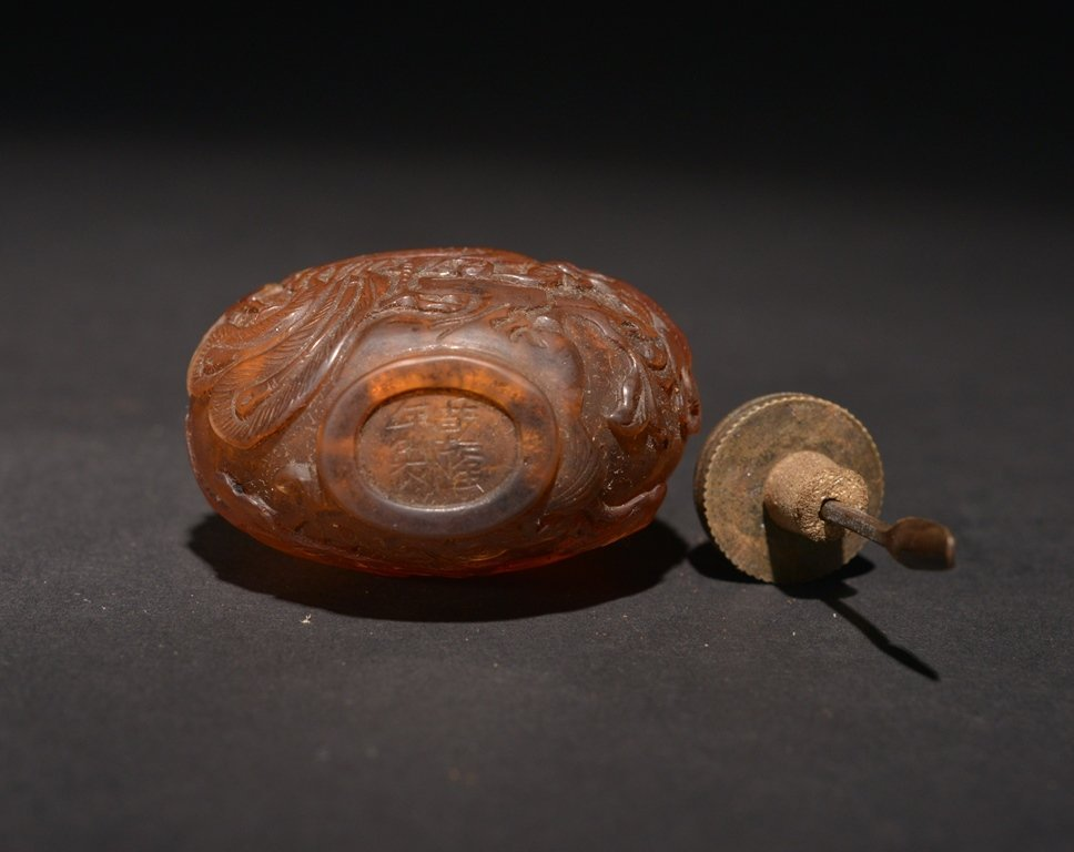 A CARVED AMBER SNUFF BOTTLE - 6