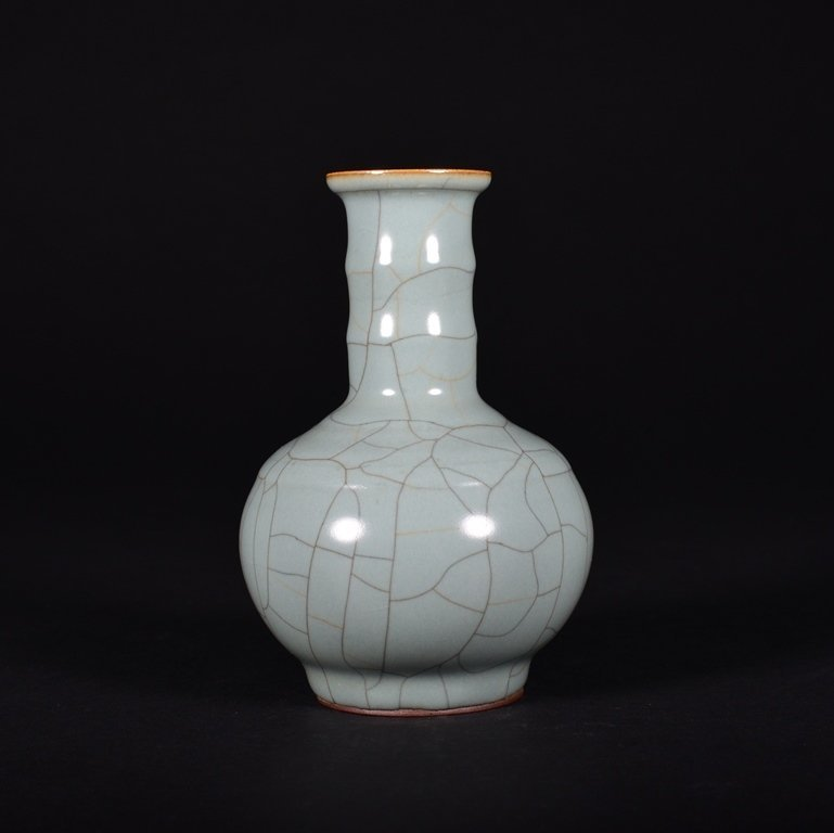 A GUAN- TYPE BOTTLE VASE - 2