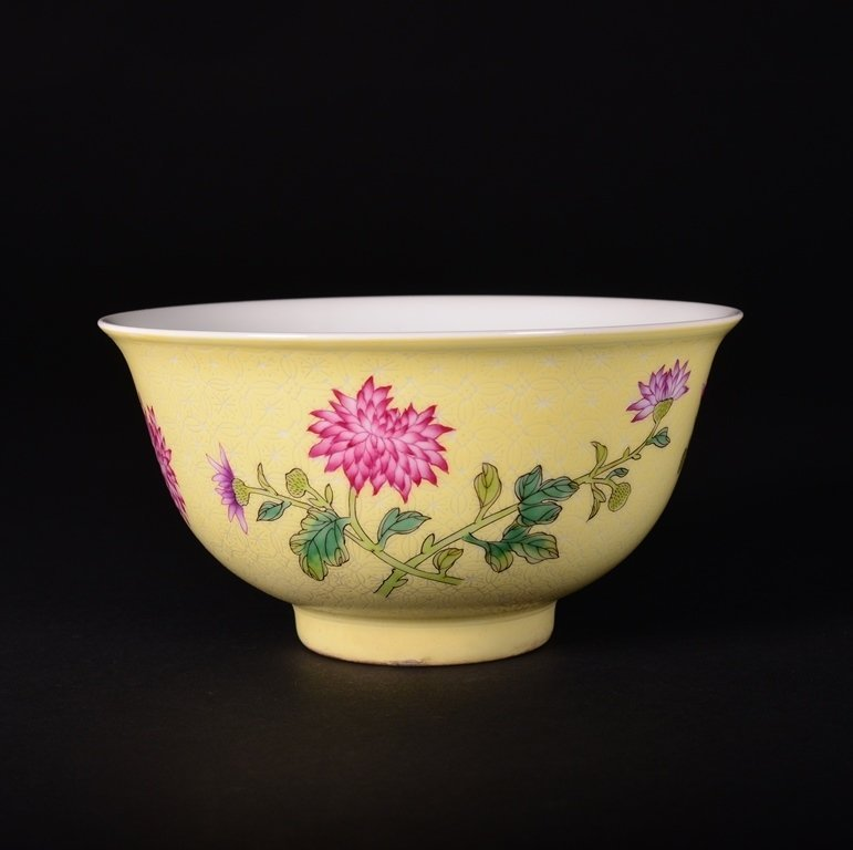 A YELLOW-GROUND FAMILLE-ROSE BOWL - 2