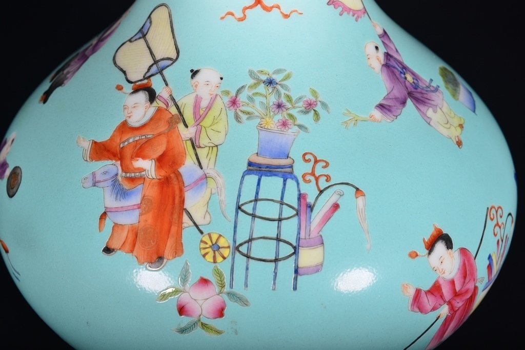 A TURQUOISE-GROUND FAMILLE-ROSE VASE - 5