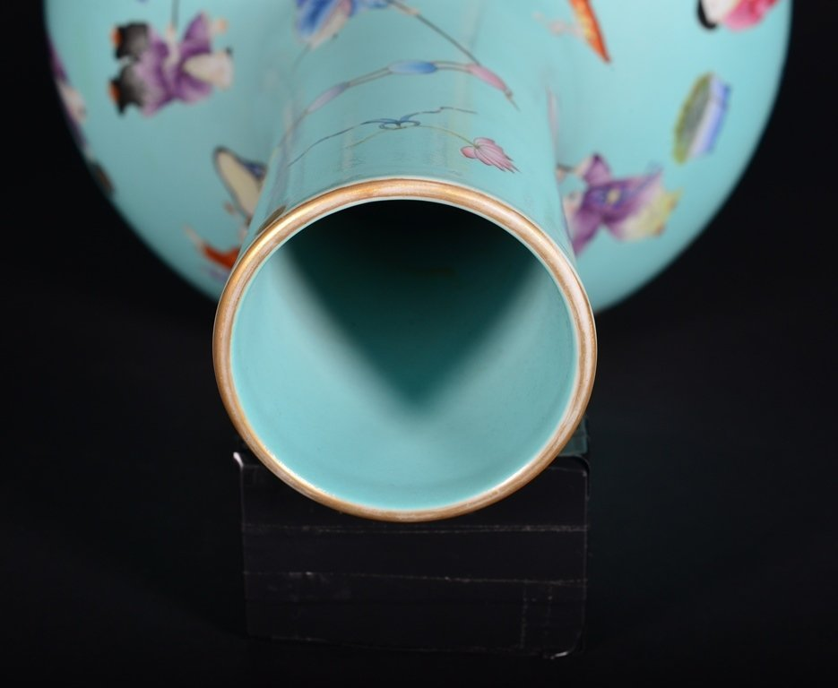 A TURQUOISE-GROUND FAMILLE-ROSE VASE - 6