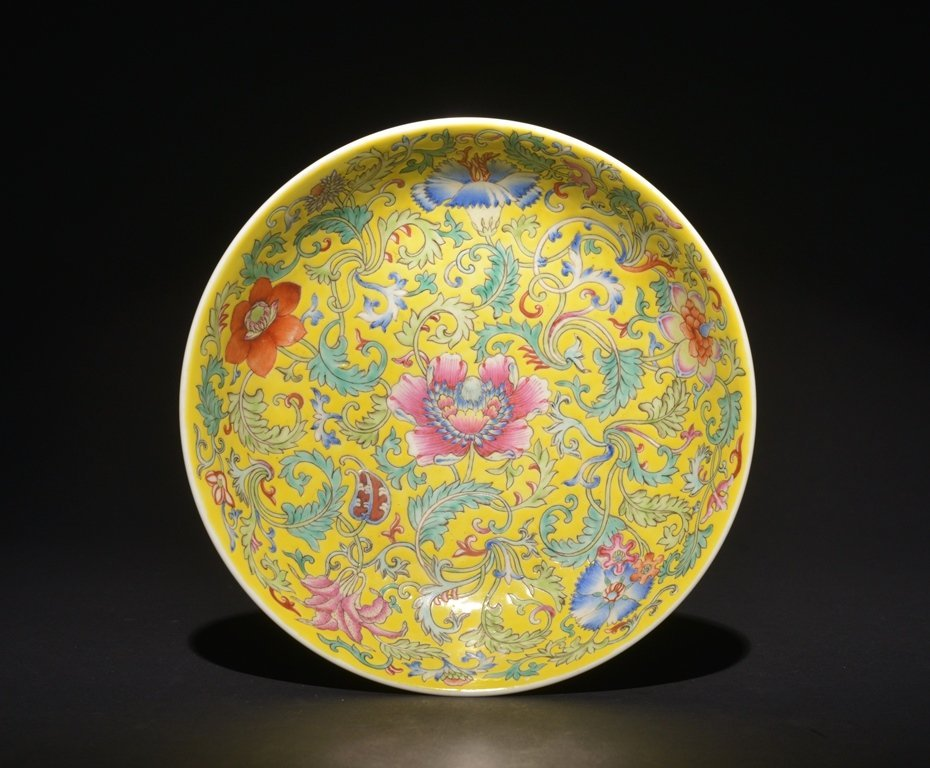 A YELLOW-GROUND FAMILLE-ROSE DISH