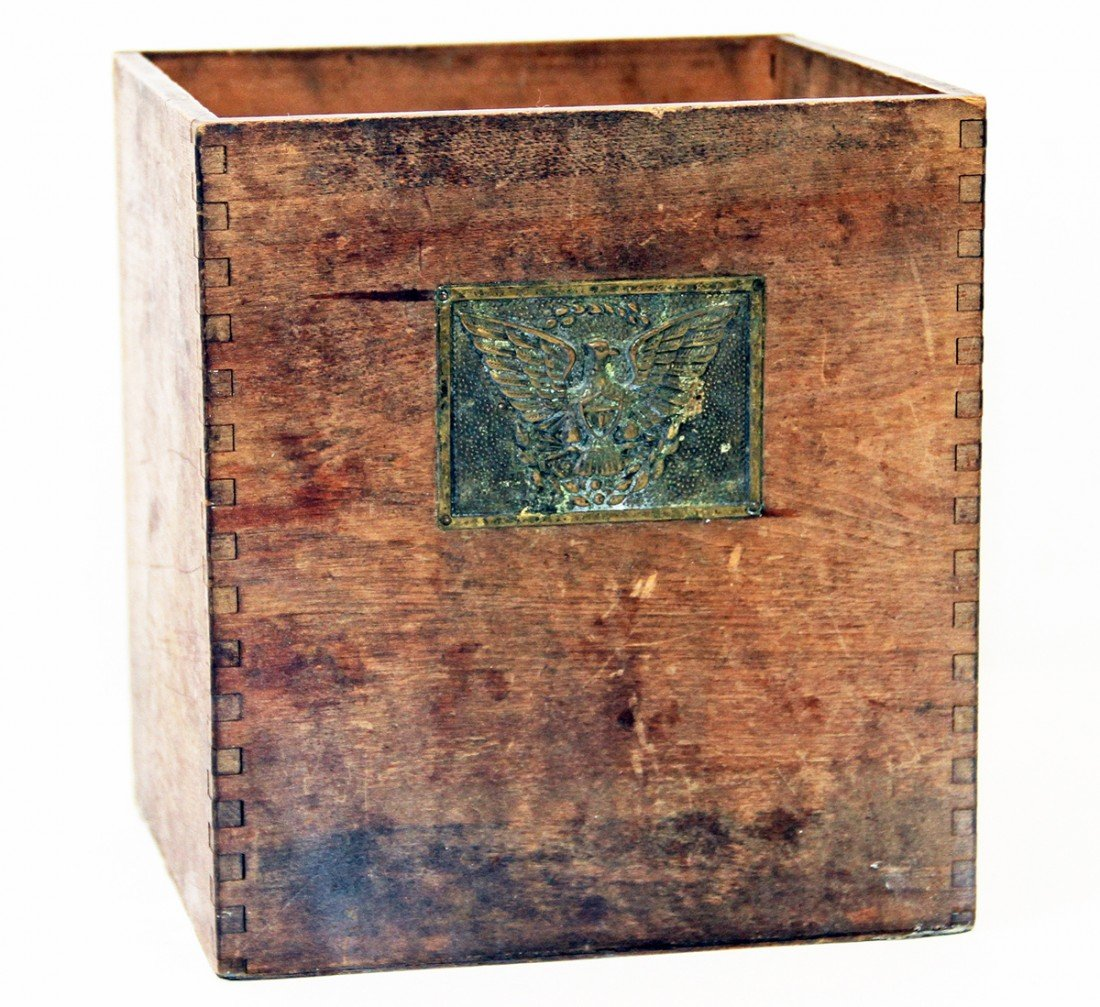18: DOVETAILED WOOD BOX WITH PATRIOTIC EAGLE PLATE