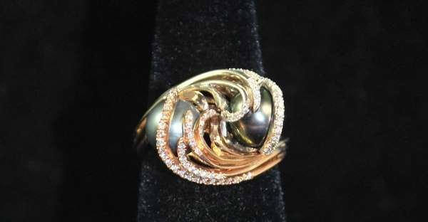 19: 18KT TRI COLOR CUSTOM PEARL AND DIAMOND RING