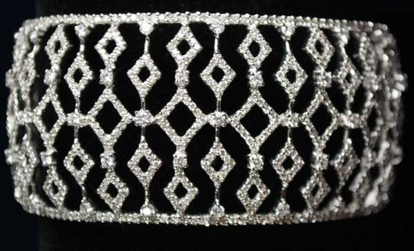33: 18KT W.G. 5.00CT DIAMOND CUFF BRACELET