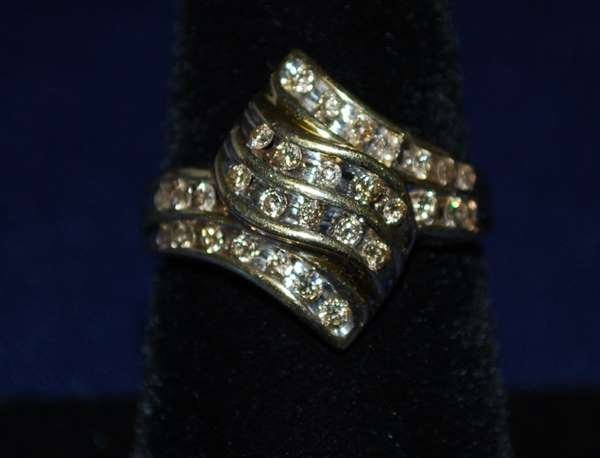 14: 10KT Y.G. DIAMOND RING