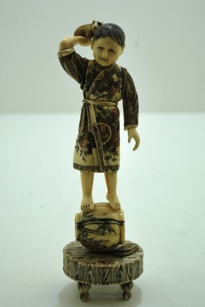 15: SMALL IVORY OF CHILD WITH RAT