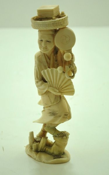 18: IVORY CARVING OF A MAN WITH FAN