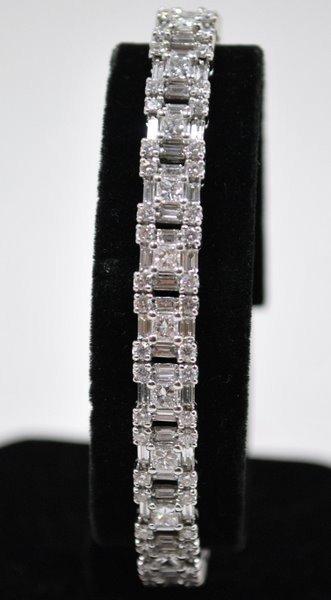 40A: ROBERTO COIN 18KT W.G. & DIAMOND BRACELET