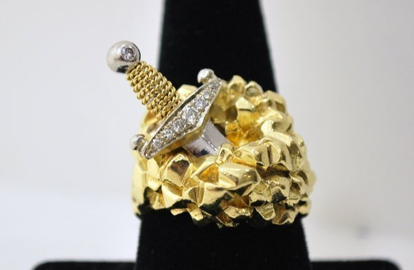 9: 18KT Y.G. SWORD DIAMOND RING .25CT