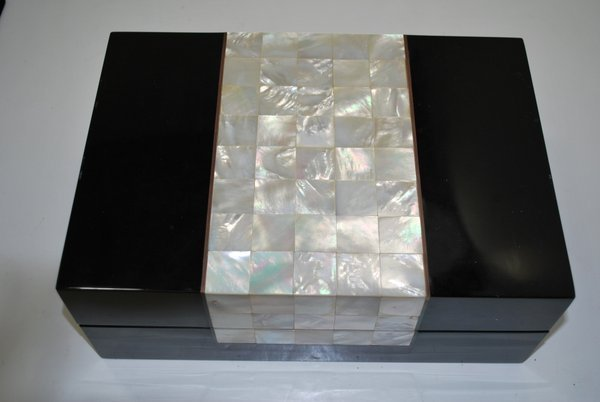 114: BLACK LACQUER AND MOTHER OF PEARL HUMIDOR