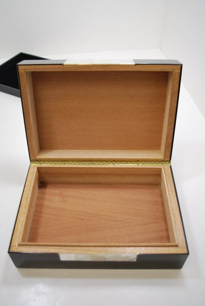 114: BLACK LACQUER AND MOTHER OF PEARL HUMIDOR - 2