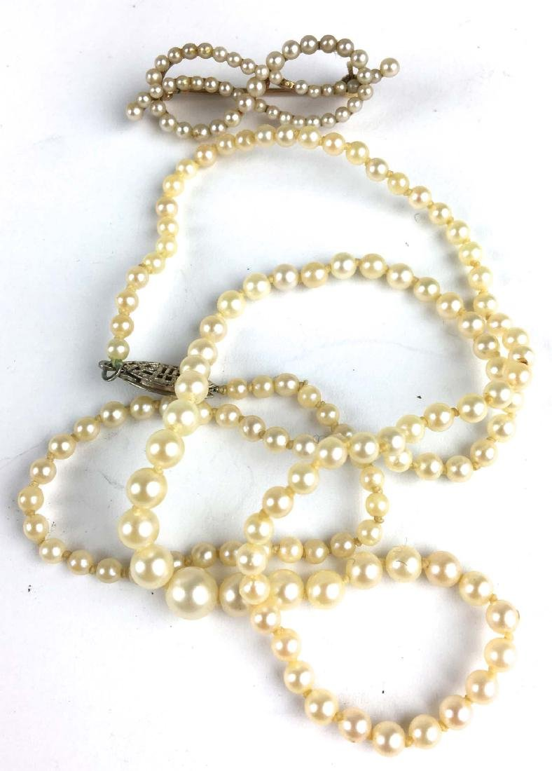 Graduated pearl necklace and brooch.