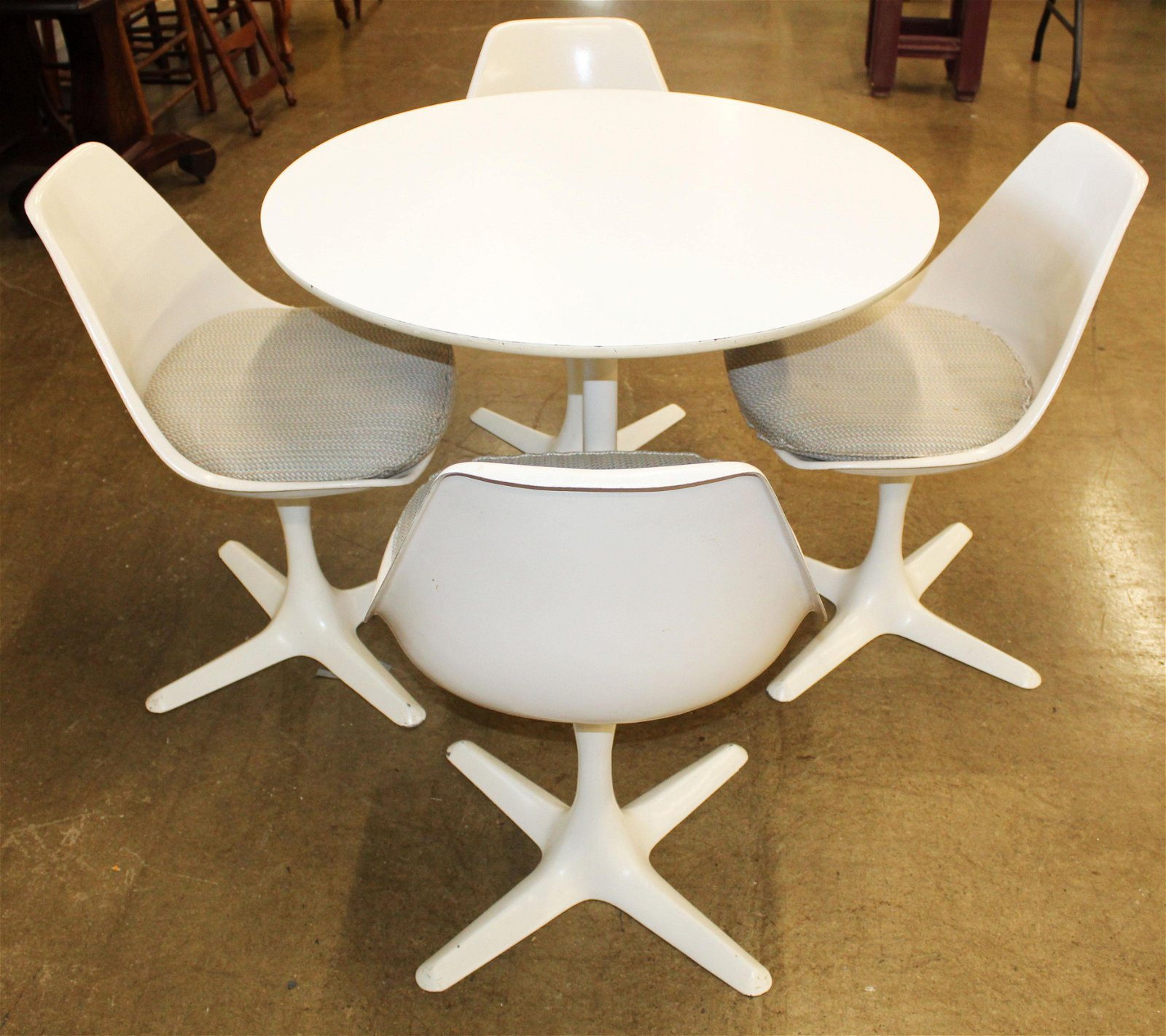 Knoll Saarinen tulip dining table and 4 chairs