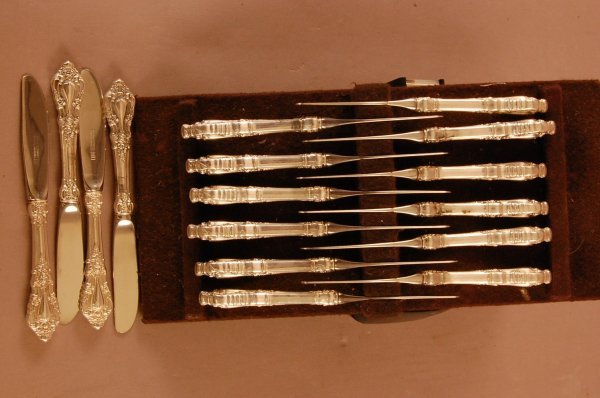 """11: Set of 16 """"Eloquence"""" Pattern Table Knives"""