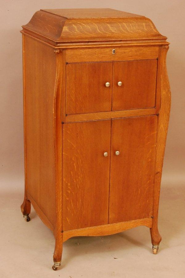 22: Victrola Phonograf. Oak Floor model with records.