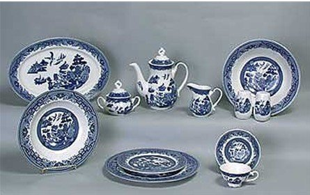 375F: Dinner set. Blue Willow pattern. 47 pieces.
