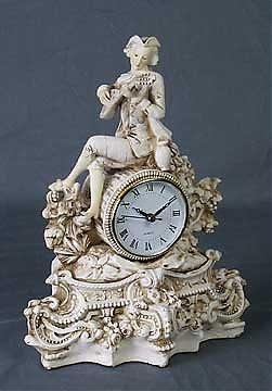 67: Colonial clock. Ivory finish. Resin. Battery operat