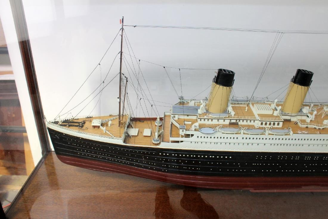 Large scale Titanic model in display case - 3