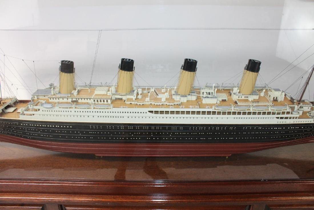 Large scale Titanic model in display case - 4