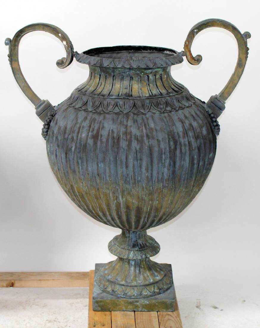 Pair of vedigris bronze pot belly urns with handles - 3