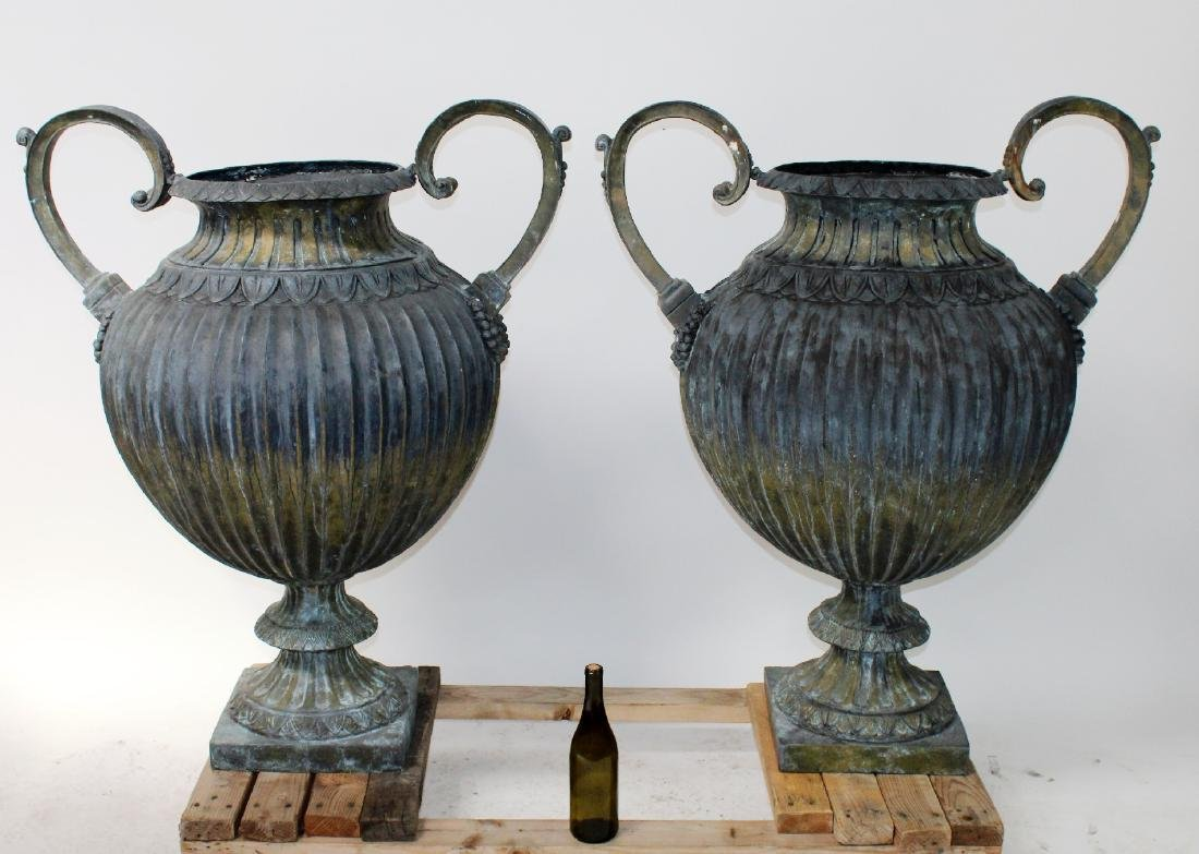 Pair of vedigris bronze pot belly urns with handles - 5