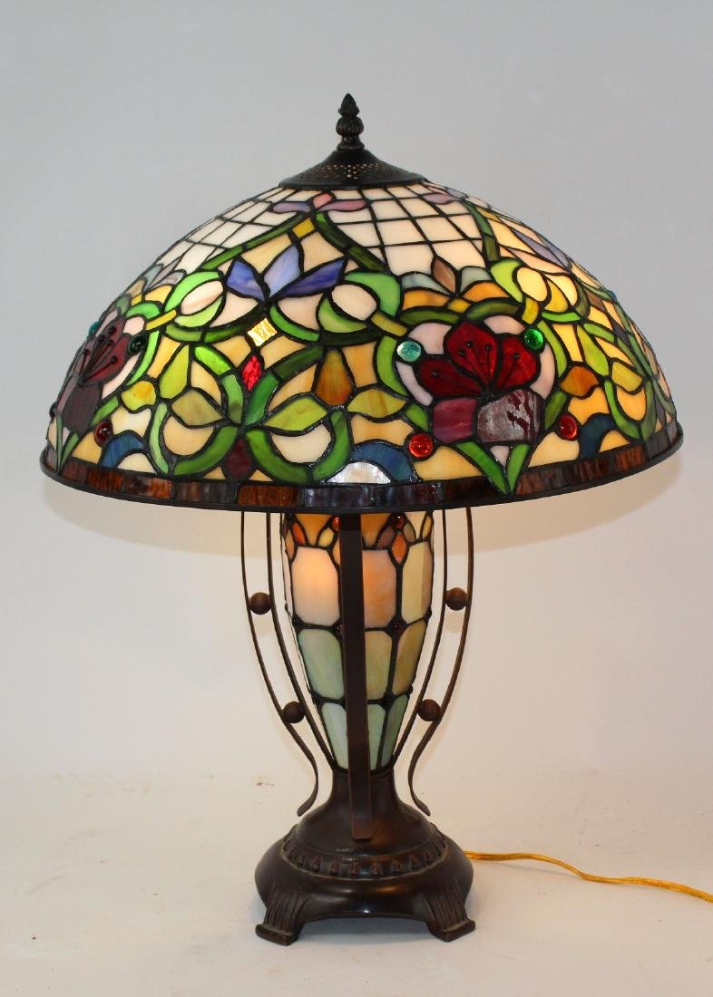 Floral motif stained glass table lamp