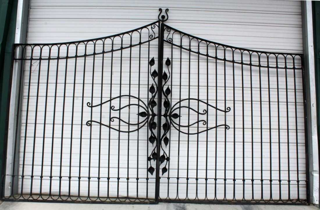 Pair of Art Nouveau style wrought iron driveway gates - 2