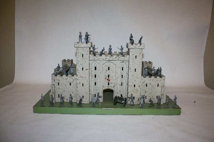 19: Castle with 32 lead soldiers, and cannon