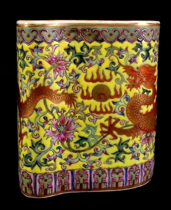 Qing Dynasty Serpentine Cylindrical jaune Brush Pot