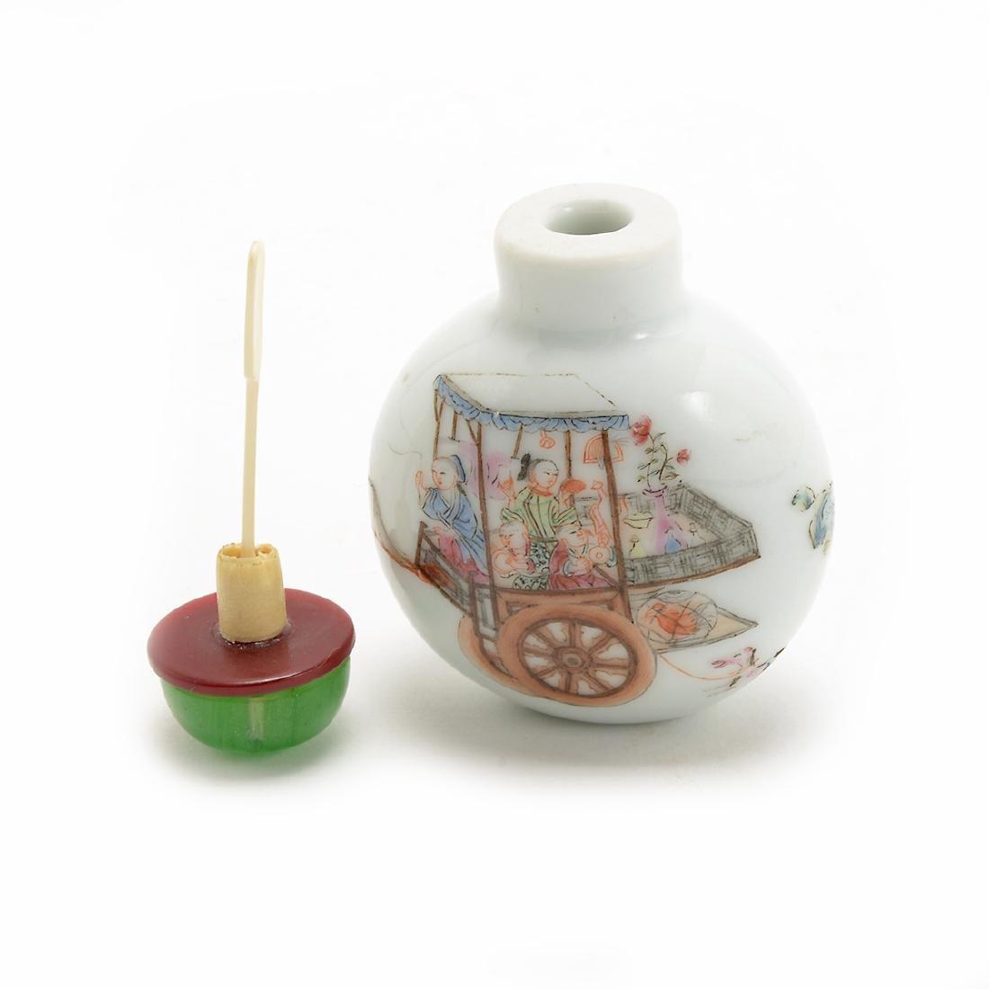 Famille Rose Figural Porcelain Snuff Bottle, Daoguang - 5