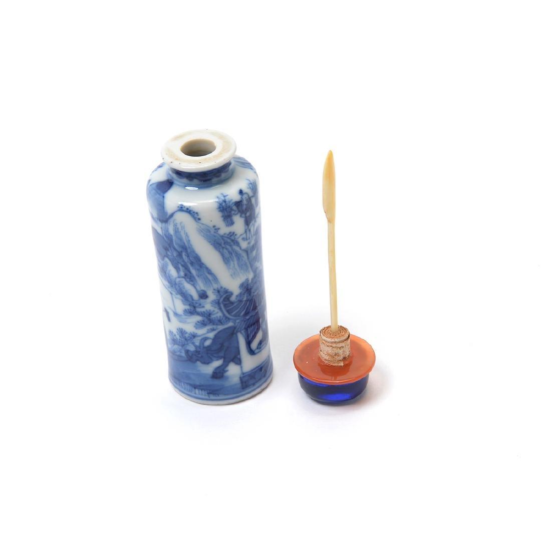 Three Underglaze Blue Porcelain Snuff Bottles, 19th C - 6