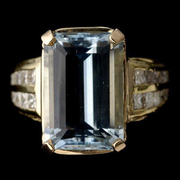 8: AQUAMARINE, DIAMOND, 18K YELLOW GOLD RING.