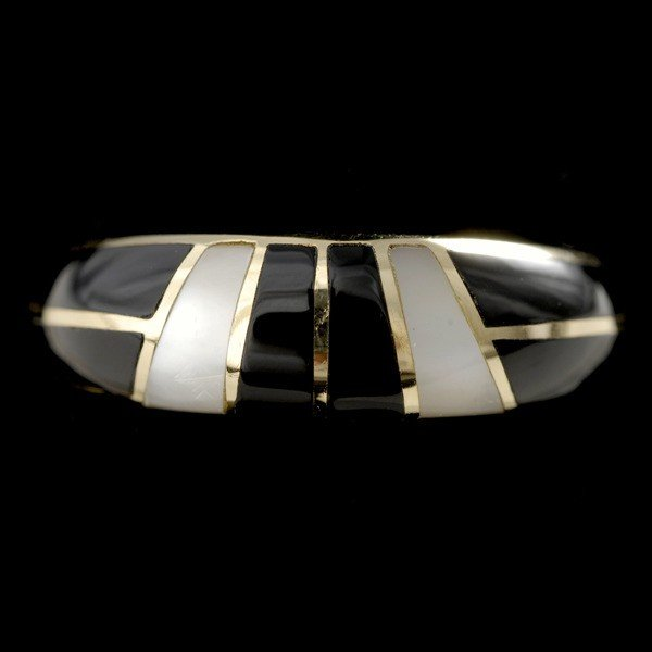 16: BLACK ONYX, MOTHER OF PEARL, 14K YELLOW GOLD RING.